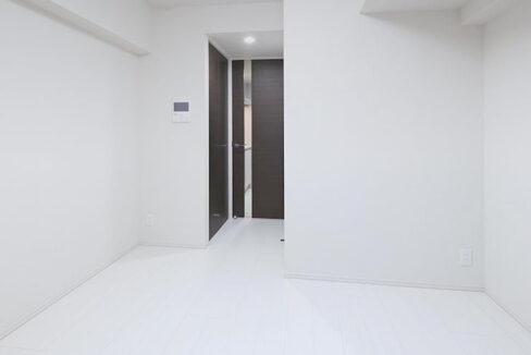 プレミアムキューブ品川戸越(シナガワトゴシ)の白基調の洋室