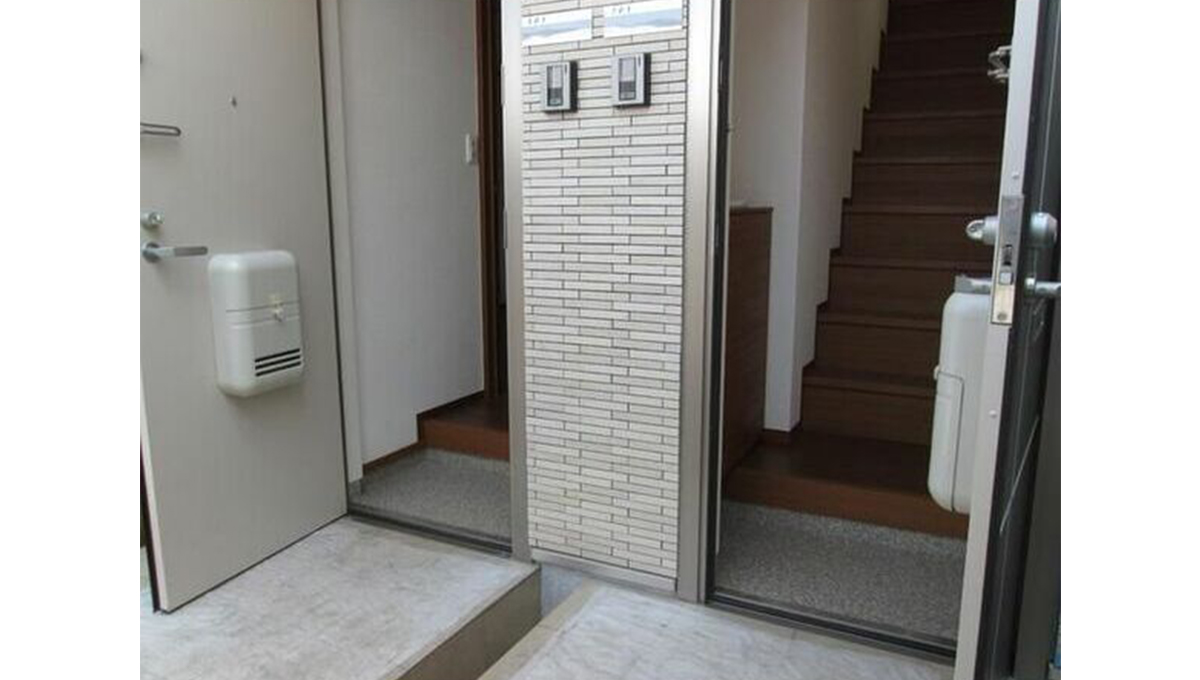 ファミールコガの玄関